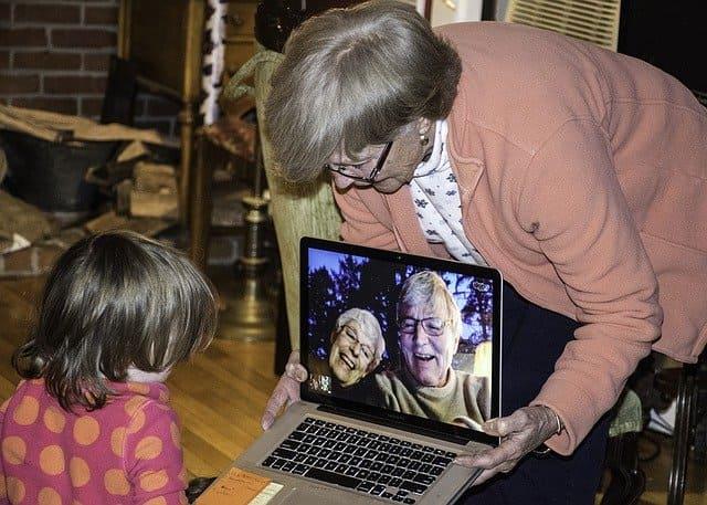 Unos abuelos muestran a su nieta una videollamada