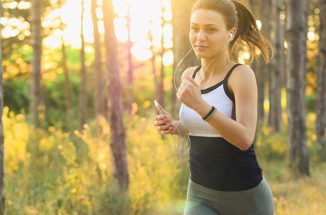 Una chica hace deporte mientras escucha música
