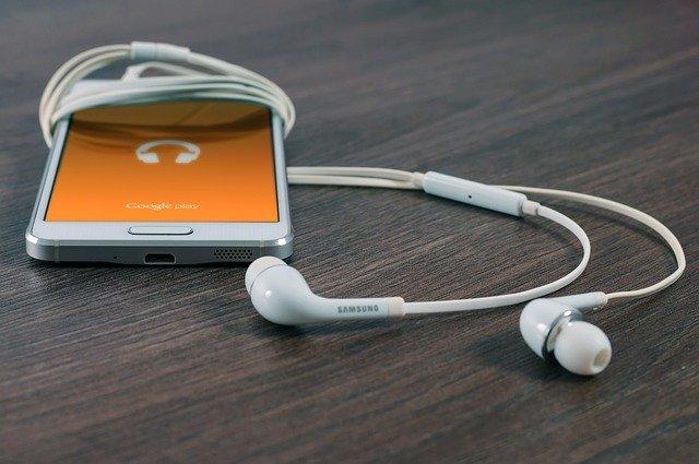 Un teléfono móvil unido a unos auriculares