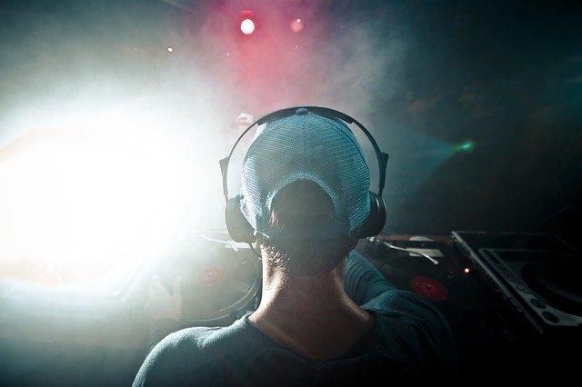 Un Dj pincha música en una discoteca