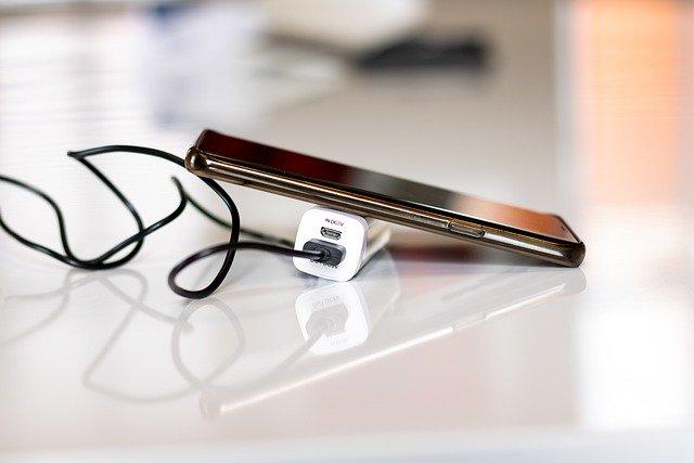 Un teléfono es cargado con una batería externa