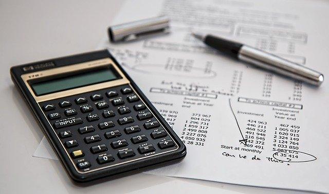 paple, calculadora y bolígrafo para hacer la declaración de la Renta.