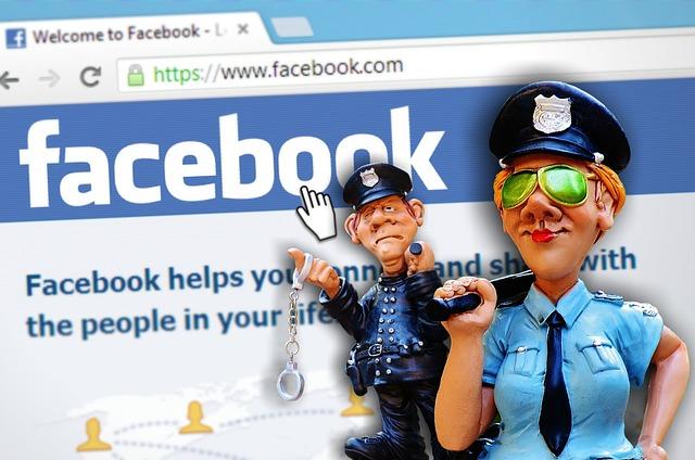 Policias animados patrullan sobre un perfil de Facebook