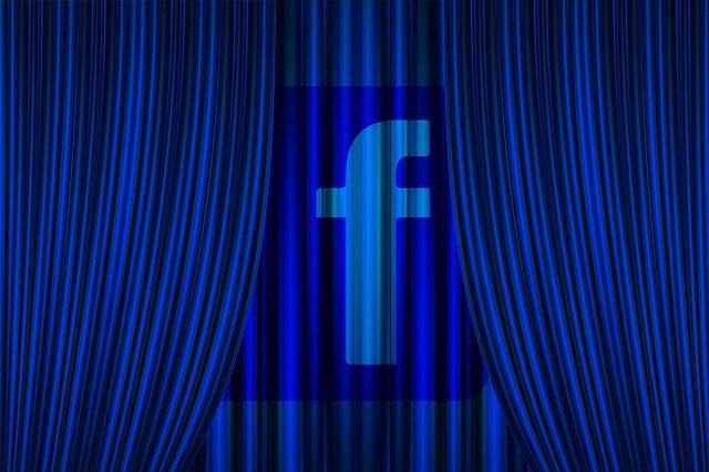 Una cortina se cierra con el logo de Facebook