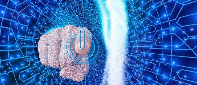 Un dedo toca una pantalla de un móvil