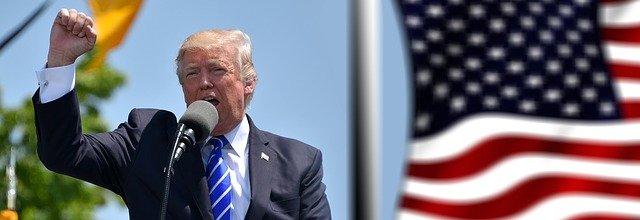 El presidente americano Donald Trump alza el puño