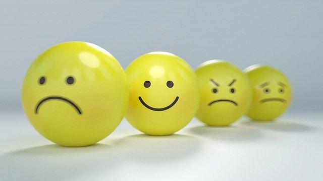 Emojis con distintas expresiones en fila india