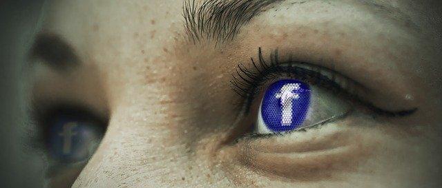 E logo de Facebook en el ojo de una persona