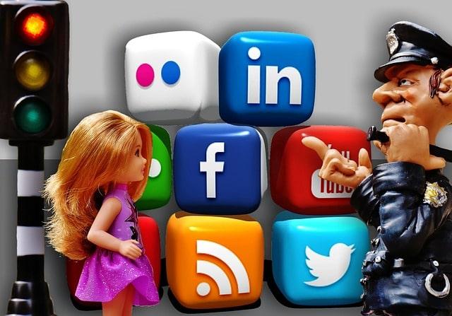Un policia previene a una niña de los peligros de las redes sociales