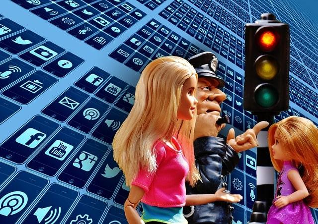 Una viñeta de un policía da autorización a una niña a cruzar un semáforo