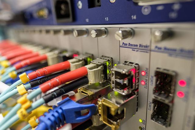 Cables de fibra óptica entrando a un router.