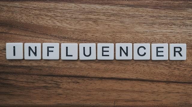 Las letras componen la palabra influencer.