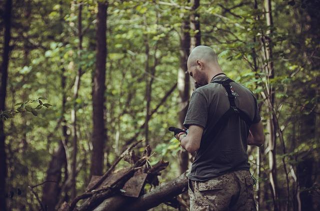 Un militar escribe un mensaje en su teléfono móvil.