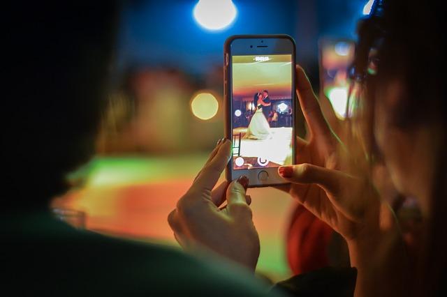 Una joven graba con su móvil un baile