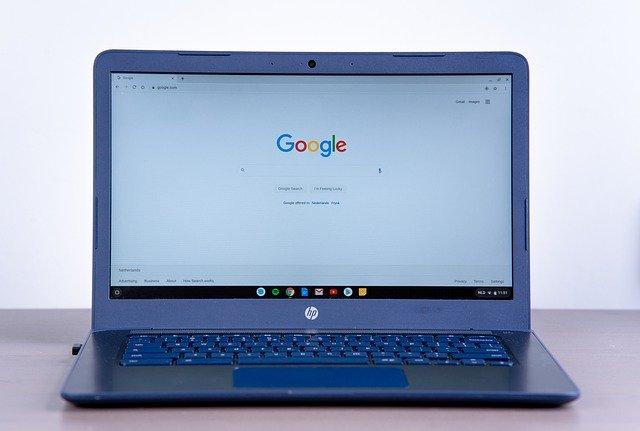 Un ordenador abierto con el buscador de Google