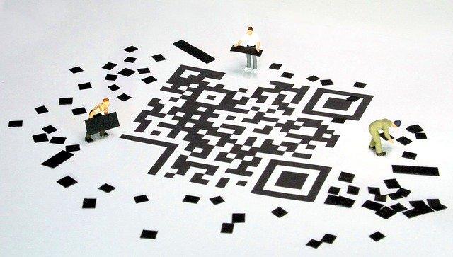 Unas personas crean un código QR en el suelo
