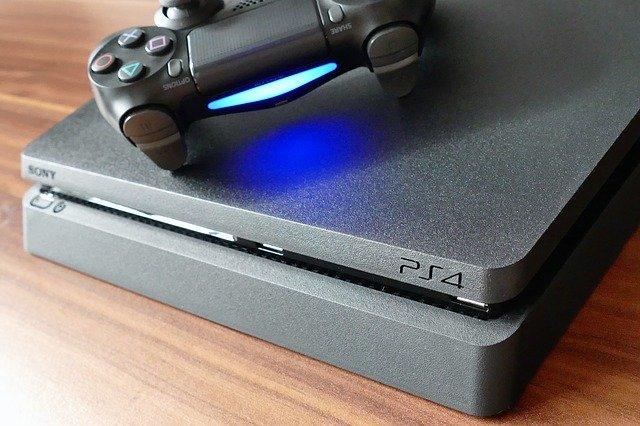 Play Station 4 con su mando inalámbrico de juego
