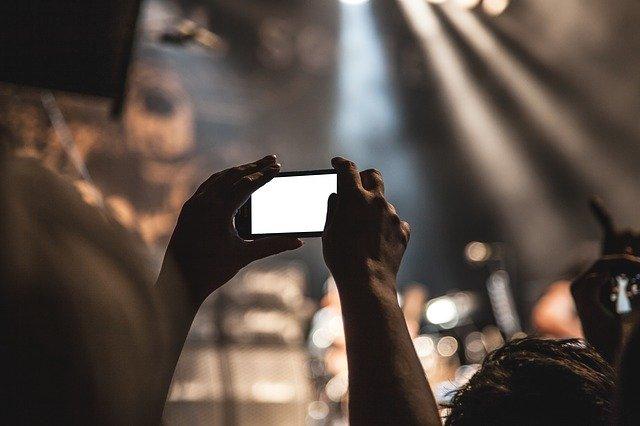 Una persona graba un concierto con su móvil