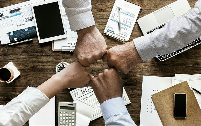 Varias manos se juntan dando idea de unión