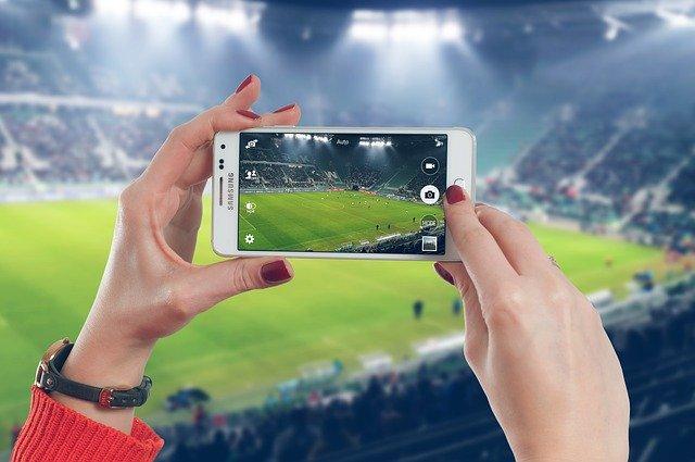 Un móvil graba un partido de fútbol