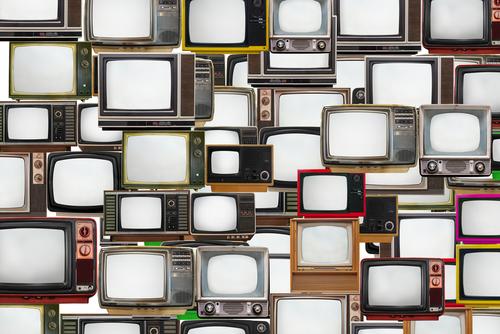 Varias televisiones antiguas parecen apiladas.
