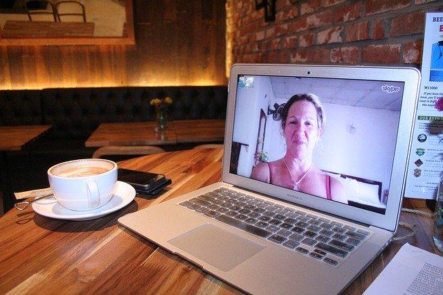 Una mujer ararece en una videollamada hablando en pantalla